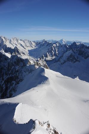 Panorama de los Alpes franceses con cordilleras cubiertas de nieve en invierno Foto de archivo - 91318182