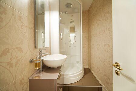 cabine de douche: douche moderne, salle de bains à l'intérieur Personne