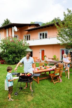 fiesta familiar: Familia tener una barbacoa en el jard�n, comiendo