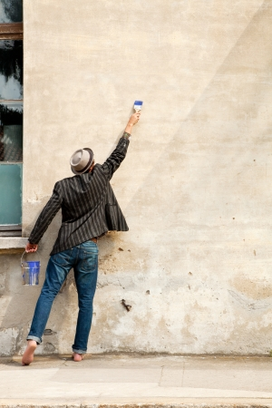 insertion: man from behind, writes on a wall