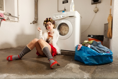 lavage: young woman in laundry, she waits