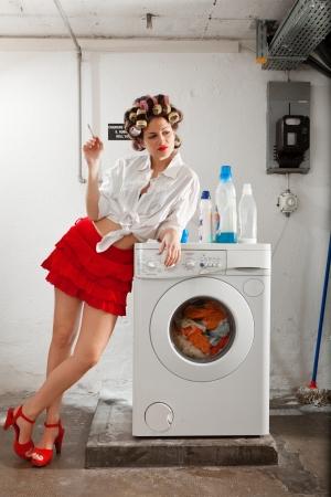 junge Frau in Wäsche, wartet sie