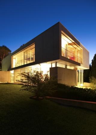 밤에 현대 집, 외부