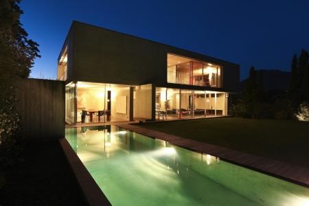 iluminacion: casa de la belleza en la noche con piscina