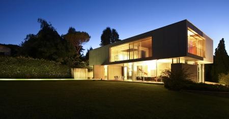 haus: modernes Haus, außen in der Nacht