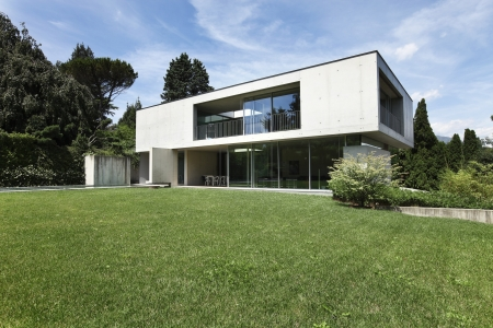 Modern huis in buitenkant schoonheid tuin royalty vrije foto