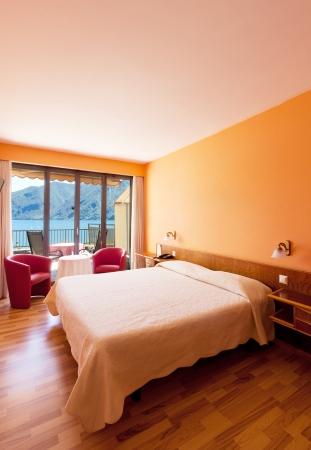 forniture: habitaci�n de hotel con vistas excepcionales al lago ya las monta�as Foto de archivo