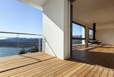 近代的なアパートパノラマの景色を望むバルコニー 写真素材