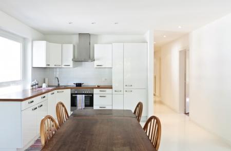 tavolo da pranzo: casa interno, grande cucina moderna, tavolo da pranzo
