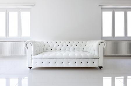 interieur, lederen sofa in de witte kamer Stockfoto
