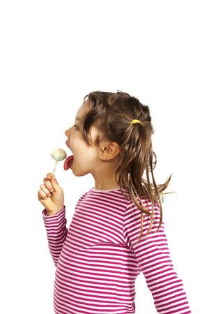 paletas de caramelo: retrato de la ni�a con una piruleta, aislado en fondo blanco