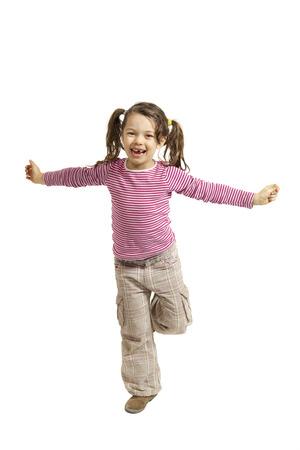 niños bailando: Retrato de niña con los brazos abiertos, aislados en fondo blanco