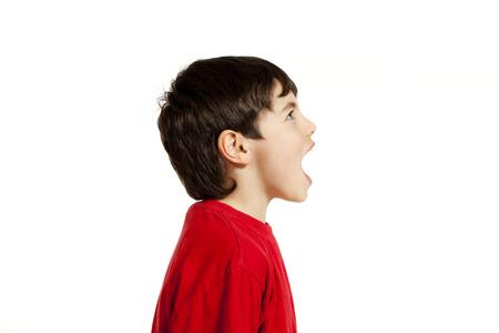 boca abierta: Retrato de ni�o adorable, aislado en fondo blanco