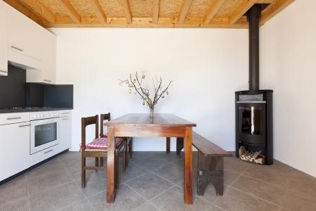 poele bois: � manger avec table et po�le � bois, int�rieur de la maison rurale Banque d'images