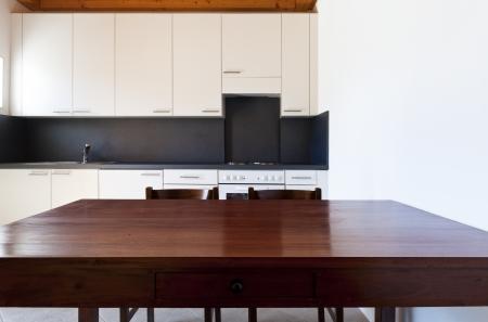 tabulka: dřevěný kuchyňský stůl, venkovské domácí interiér Reklamní fotografie