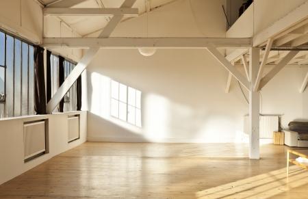 ワイド オープン スペース、梁、木製の床 写真素材