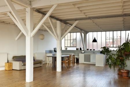 ampio soppalco interno, travi e pavimento in legno