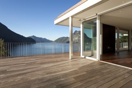 Schönes Penthouse mit Blick auf den See Standard-Bild - 25383036