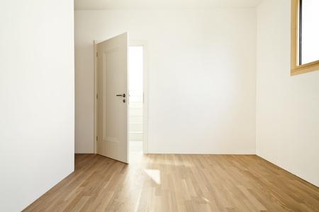 puerta abierta: interior de una casa moderna, sala vacía