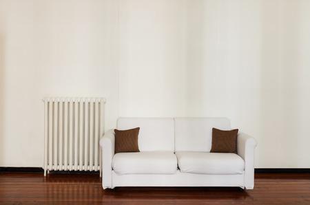 divan: interior de una casa, cómodo sofá blanco