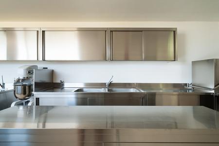 Professionele keuken, view counter in staal Stockfoto