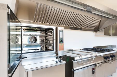 cocinas industriales: Cocina profesional en el moderno edificio Foto de archivo