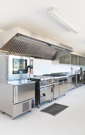 Professionele keuken in een modern gebouw
