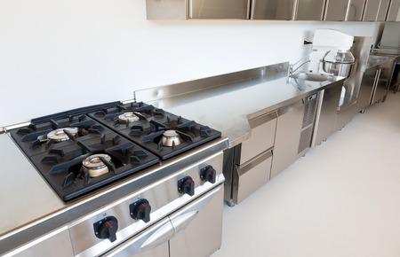 Cuisine professionnelle dans immeuble moderne