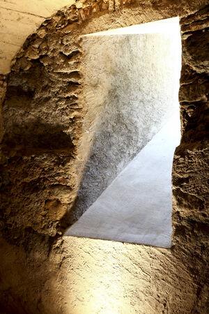 arcos de piedra: cueva de edad en un edificio histórico