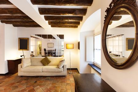 muebles de madera: Hermoso apartamento clásico, interior, suelos de terracota