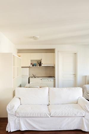 divan: Interior, peque�o apartamento, habitaci�n con vistas, div�n blanco Foto de archivo