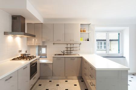 白いインテリア、小さなアパートのキッチン ビュー 写真素材