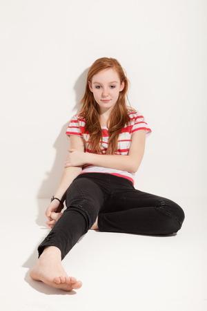 jolie fille: Portrait de jolie fille rousse, fond mur blanc Banque d'images