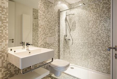 Interieur nieuw huis, bekijken moderne badkamer Stockfoto