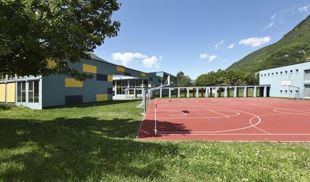 公立学校、建物の外から