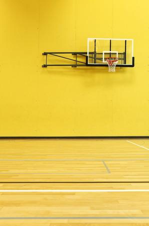 公立学校、黄色の壁、バスケット、インテリア 写真素材