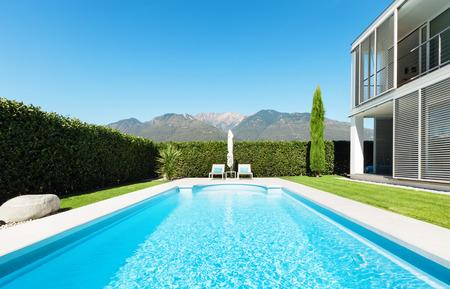 モダンなヴィラ、プール、庭からの眺め