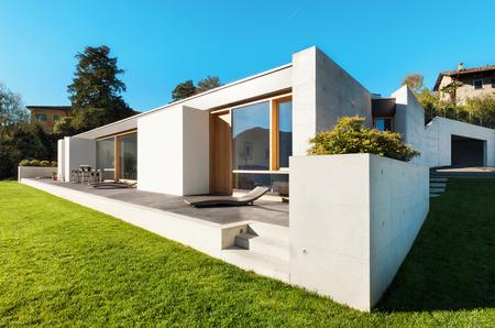 hermosa casa moderna en el cemento, vista desde el jardín