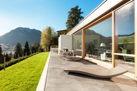 Schönes modernes Haus in Zement, Blick aus dem Garten