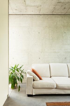 divan: hermosa casa moderna en el cemento, interiores, detalle divan Foto de archivo