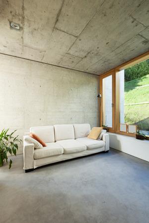 divan: hermosa casa moderna en el cemento, interiores, sal�n con sof�- Foto de archivo