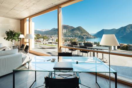 mooi modern huis in cement, interieur, uitzicht vanuit de woonkamer