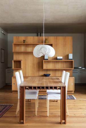 muebles de madera: hermosa mesa de comedor de madera, interior de un chalet