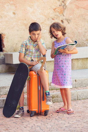 comprehend: Young couple with suitcase in exterior. Romantic scene Stock Photo