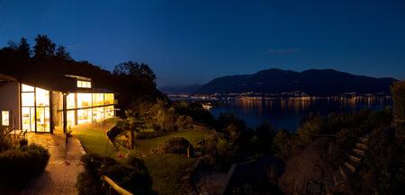 alight: Paesaggio notturno con villa accesa Archivio Fotografico