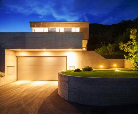 exteriores: Casa de diseño moderno, vista nocturna