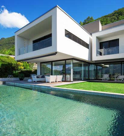 case moderne: Casa moderna con piscina in esterno