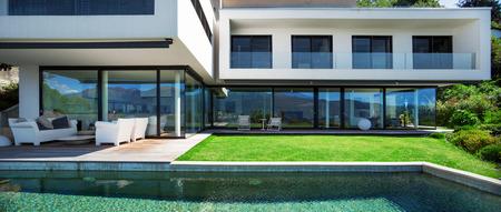 moderne: Maison moderne avec piscine en ext�rieur Banque d'images