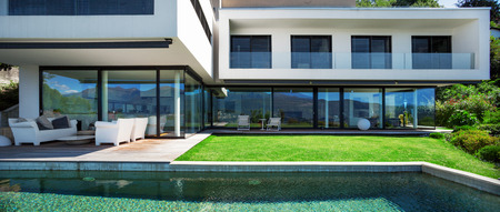 modern house: Modern house with pool in exterior