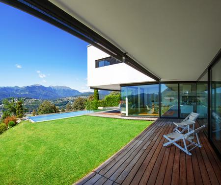 Modernes Haus mit Pool im Außenbereich Standard-Bild